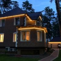 Подсветка контура зданий тепло-белым профессиональным неоном