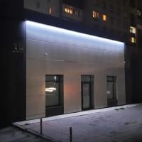 Яркая подсветка здания по периметру