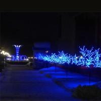 Подсветка деревьев гирляндами и прожекторами