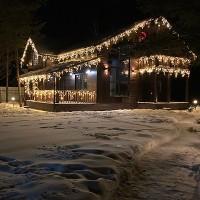 Светодиодные бахромы в праздничном оформлении домов